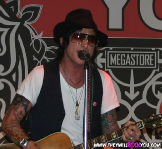 Butch Walker Instore<br>July 26, 2006<br>Virgin Megastore-NYC, NY<br>Photos by:  Mary Ouellette