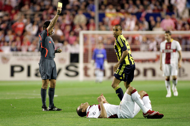 The Swiss referee Massimo Busacca showing a yellow card to Deivid (Fenerbahce). UEFA Champions League first knockout round game (second leg) between Sevilla FC (Seville, Spain) and Fenerbahce (Istambul, Turkey), Sanchez Pizjuan stadium, Seville, Spain, 04 March 2008.
