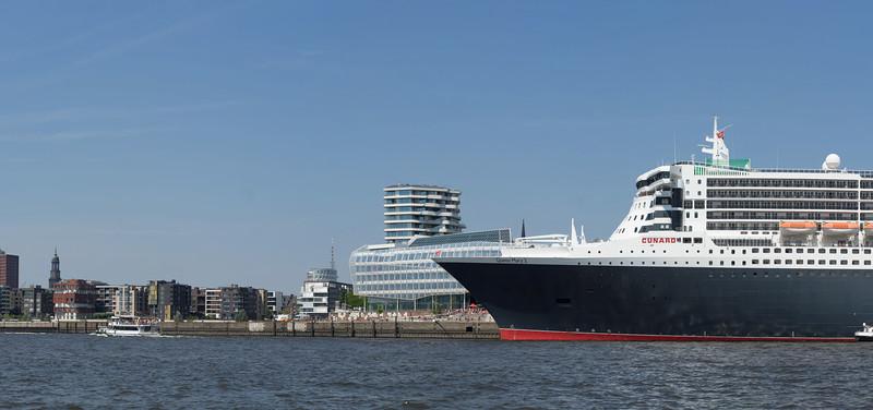 Passagierschiff Queen Mary 2 an der Pier vom Kreuzfahrtcenter HafenCity