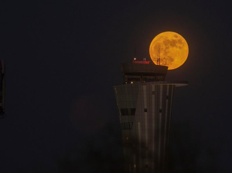 ירח עם אנטנות.jpg