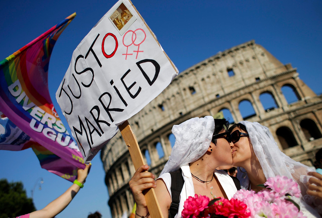 . A lesbian couple kiss in front of the Colosseum during the annual gay pride parade in downtown Rome June 15, 2013. REUTERS/Max Rossi
