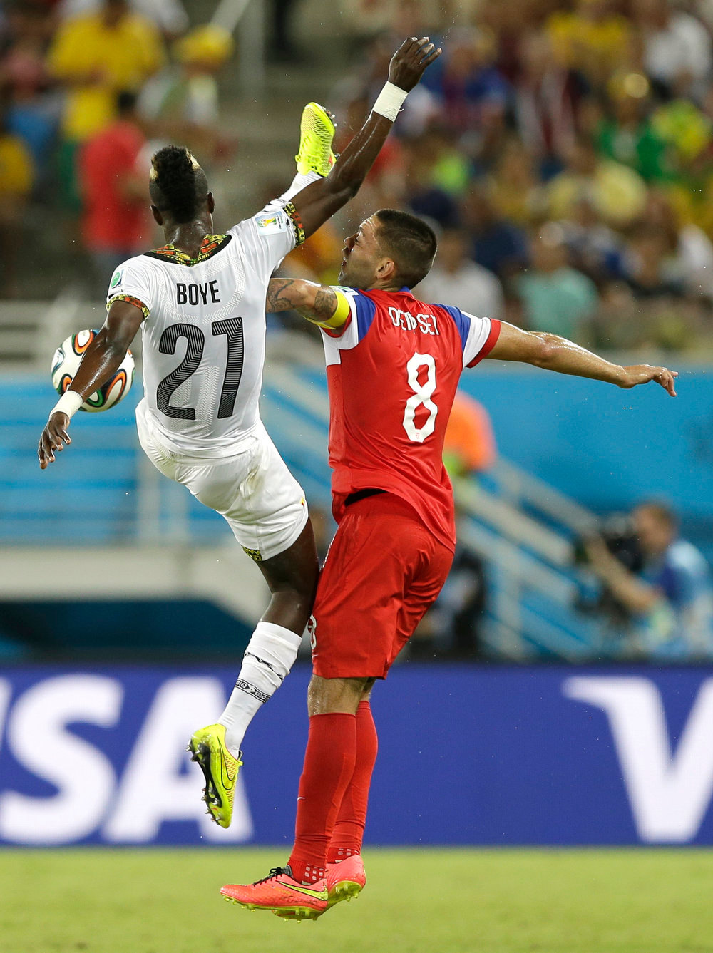 Description of . Ghana's John Boye, left, challenges United States' Clint Dempsey for the ball during the group G World Cup soccer match between Ghana and the United States at the Arena das Dunas in Natal, Brazil, Monday, June 16, 2014. (AP Photo/Ricardo Mazalan)