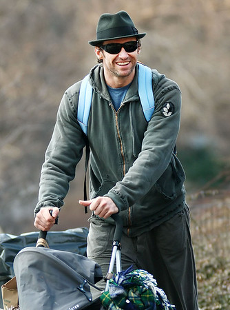 2009-02-08 - Hugh Jackman takes his family to Central Park for a picnic