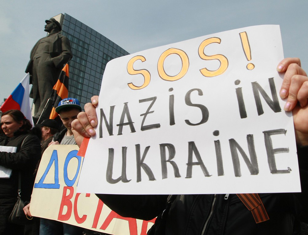 . Pro-Russian protesters show placards during a rally at a Lenin statue in downtown Donetsk, Ukraine, 15 March 2014.  EPA/PHOTOMIG