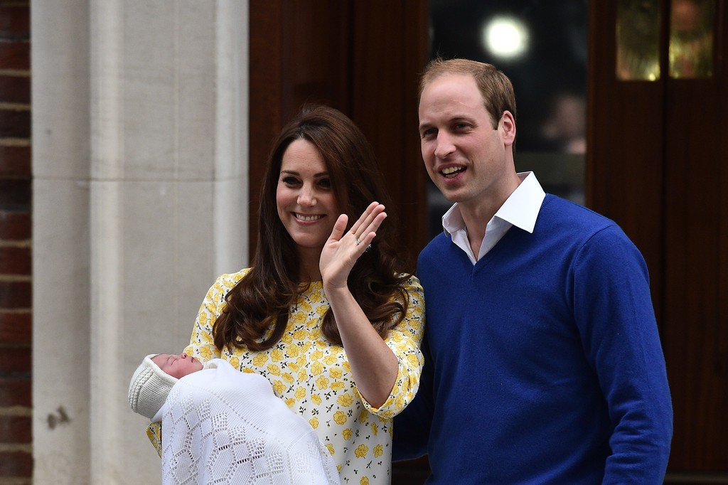 . Britain\'s Prince William, Duke of Cambridge, and his wife Catherine, Duchess of Cambridge show their newly-born daughter, their second child, to the media outside the Lindo Wing at St Mary\'s Hospital in central London, on May 2, 2015.  The Duchess of Cambridge was safely delivered of a daughter weighing 8lbs 3oz, Kensington Palace announced. The newly-born Princess of Cambridge is fourth in line to the British throne.    AFP PHOTO / LEON NEAL
