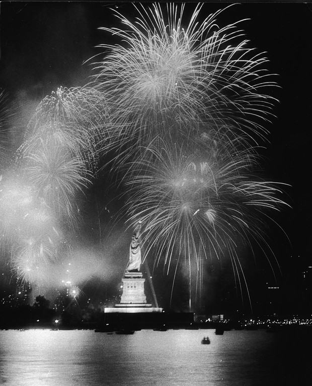 . Fireworks explode around the Statue of Liberty during the American Bicentennial celebration, New York City, July 4, 1976. (Photo by Hulton Archive/Getty Images)