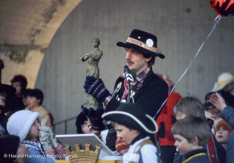Bilde fra Vinterfestuka, ikke klart årstall. Det kan ha vært tidlig 80-tall. Steingrim Sneve holder opp en miniatyrutgave av Svarta Bjørn-statuen. Dette kan derfor være året før avdukingen av statuen.