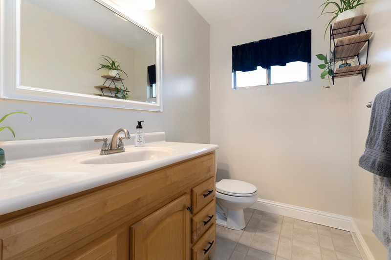4505 Lobos 20 Guest Bath.jpg