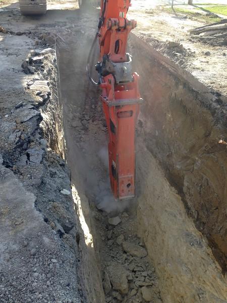 NPK GH15 hydraulic hammer on Hitachi excavator (5).JPG