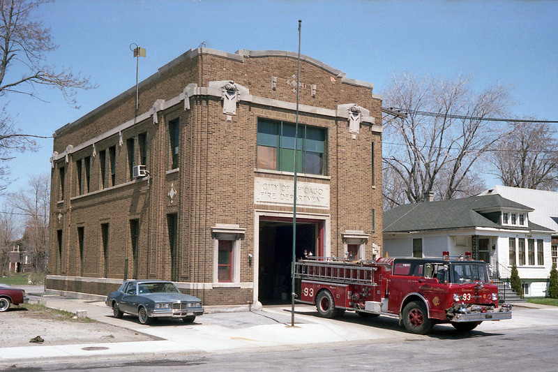 CHICAGO  ENGINE 93  FORD C8000 - SEAGRAVE  OFFICERS SIDE.jpg