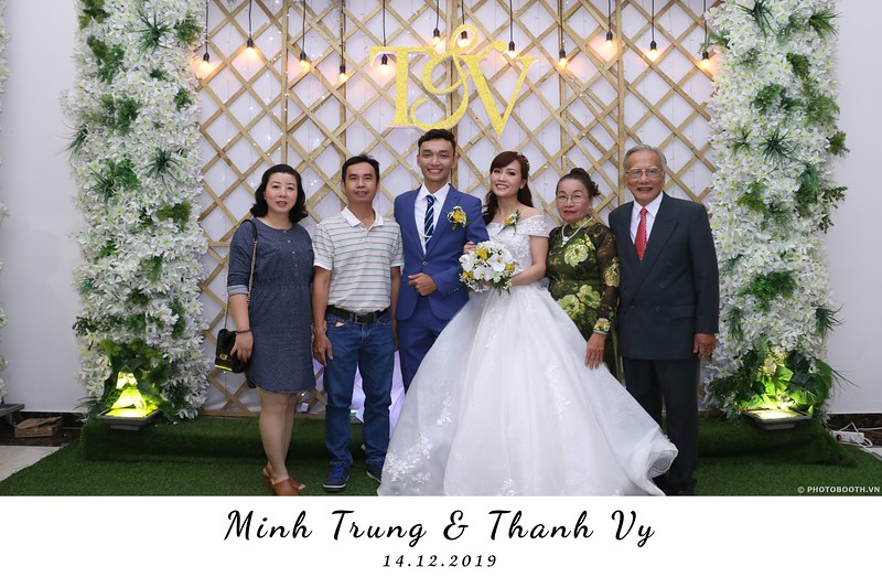 Trung-Vy-wedding-instant-print-photo-booth-Chup-anh-in-hinh-lay-lien-Tiec-cuoi-WefieBox-Photobooth-Vietnam-090.jpg