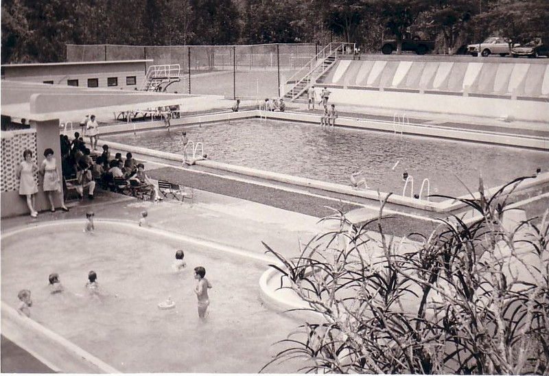 Piscina de Andrada - vista geral em primeiro plano a piscina das criancas, ao fundo o campo de jogos