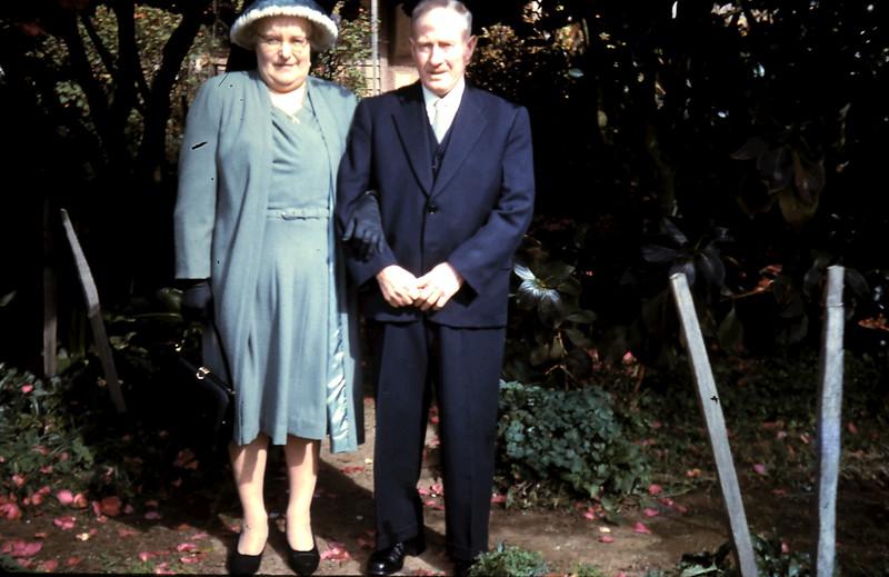 1961-8-19 (10) Mum & Dad.JPG