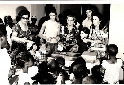 1973-Distribuindo prendas no orfanato  Mª. Flora Paiva Neto, Cenoura, Isabel Viegas,  Jorge Viegas, Téte Sá   Pires, Luisa Rebelo da Silva