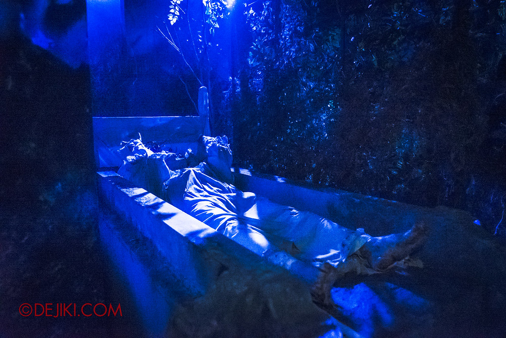 USS Halloween Horror Nights 8 – Pontianak haunted house – Graveyard undead ghost