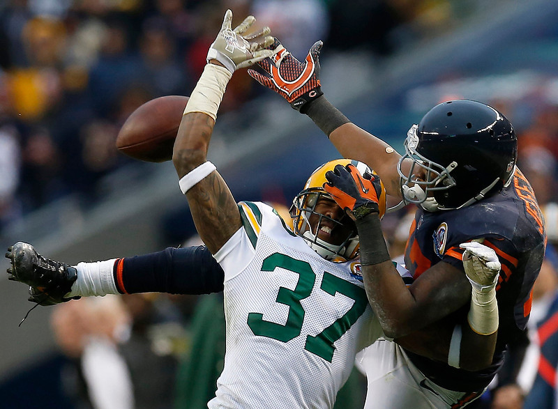 . Green Bay Packers\' Sam Shields (L) and Chicago Bears\' Alshon Jeffery battle for the ball during the second half of their NFL football game at Soldier Field in Chicago, December 16, 2012.     REUTERS/Jim Young