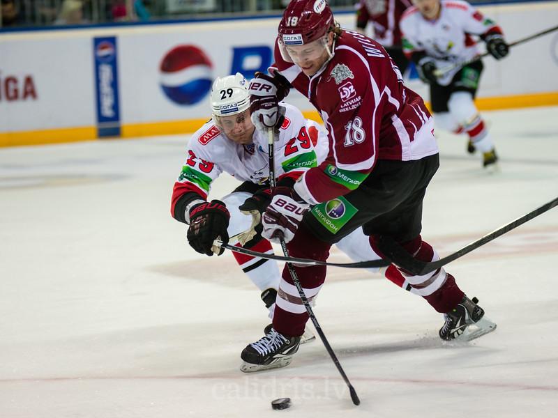 Vasilchenko Alexei (29) mēģina bloķēt Kyle Wilson (18) sitienu uz vārtiem