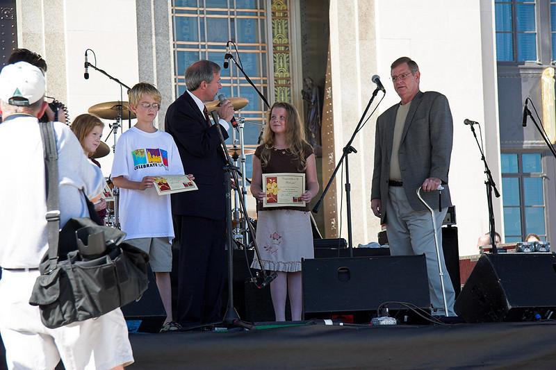 The Mayor of Nashville congratulates Abigail on her artwork.