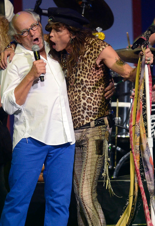 . Musicians Jimmy Buffet (L) and Aerosmith\'s Steven Tyler sing at the finale of the Boston Strong benefit concert at the Boston TD Garden, May 30, 2013. REUTERS/Gretchen Ertl