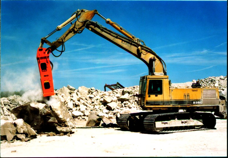 NPK E225 hydraulic hammer on Cat excavator at Marblehead quarry (6).JPG