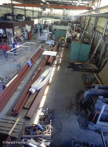 Fabrikk for montasje av dører, vinduer, trapper mm i hovedsak laget av aluminium, opprinnelig en amo-bedrift, etter hvert privateid. Sted: Øra.