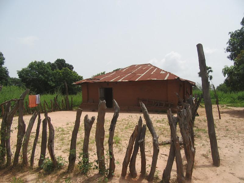 009_Maison typique (en banco, terre cuite, pas de paille). 1 de 21. Plusieurs familles vivent dans la même maison et partagent les tâches.JPG