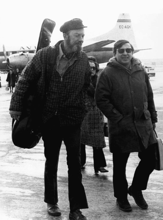 . American Folk singer Pete Seeger, left, with Spanish singer Raymond, at Madrid\'s Barajas airport en-route to a concert in the southern Spanish city of Seville Feb.10, 1971. (AP Photo/L. Gomez)