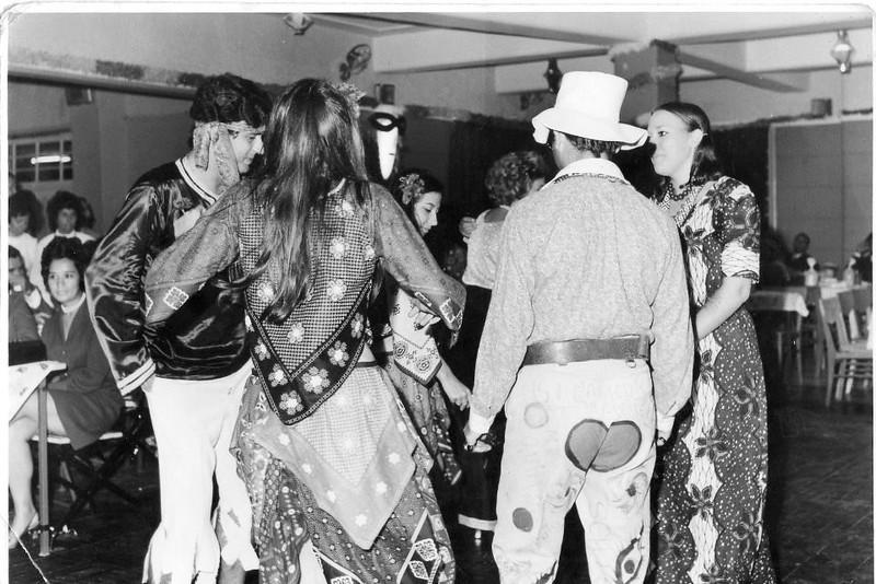 Dundo Festa de Carnaval 69 Os Hippies são: o Francisco Simons e a Maria João Alho, a Luisa e o Quimj Costa e Vanda Rosendo (de tótós)