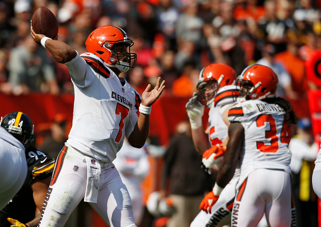 . Cleveland Browns quarterback DeShone Kizer (7) passes against the Pittsburgh Steelers during the second half of an NFL football game, Sunday, Sept. 10, 2017, in Cleveland. (AP Photo/Ron Schwane)