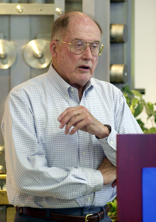 . ** FILE ** Chief Justice William Rehnquist speaks at the Galaxy Bookstore in Hardwick, Vt. in this Aug. 1, 2001 file photo. Rehnquist, who oversaw the high court\'s conservative shift and presided over the impeachment trial of President Clinton, died Saturday evening, Sept. 3, 2005. He was 80 years old and had spent 33 years on the Supreme Court. (AP Photo/Toby Talbot, File)