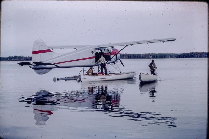 Beaver Air Fecteau apportant du matériel à un camp de prospecteur