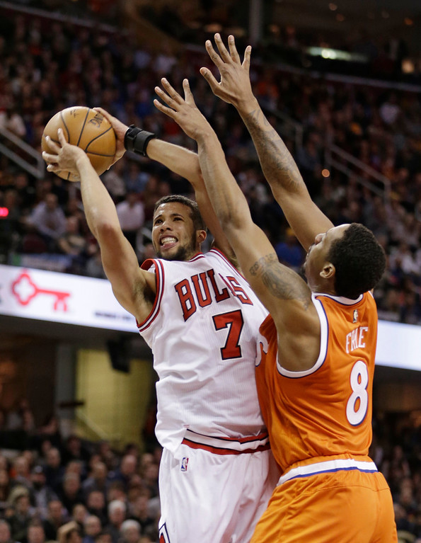 . Chicago Bulls\' Michael Carter-Williams, left, shoots against Cleveland Cavaliers\' Channing Frye in the second half of an NBA basketball game, Wednesday, Jan. 4, 2017, in Cleveland. The Bulls won 106-94. (AP Photo/Tony Dejak)