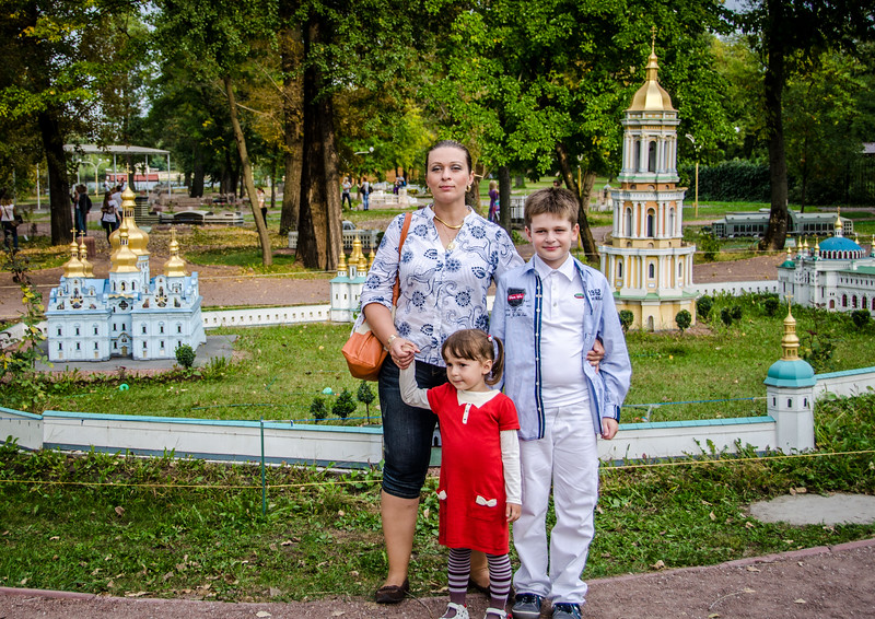 Алина, Маша и Костя в мини-Киеве