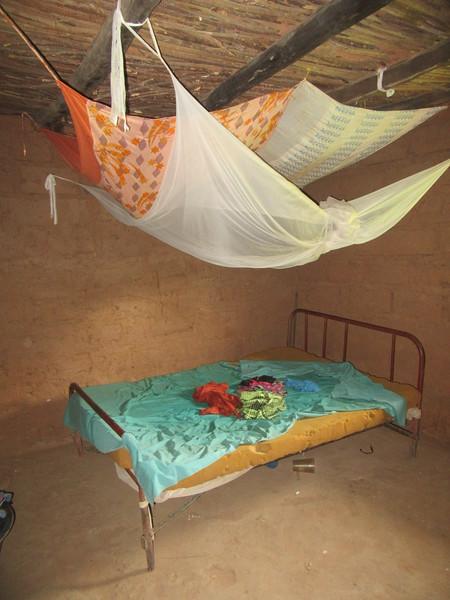 026_Casamance. Maison typique (en banco). 18 de 21. Chambre.JPG