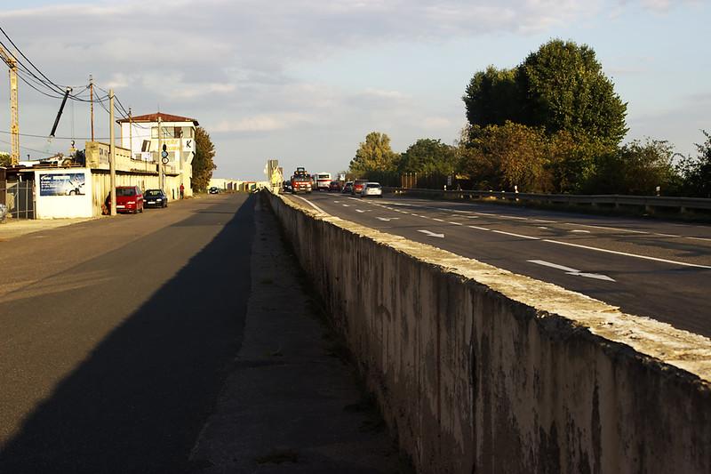 Zídka, oddělující boxovou uličku od trati/silnice.  Pit wall separating the pit lane and the track/road.