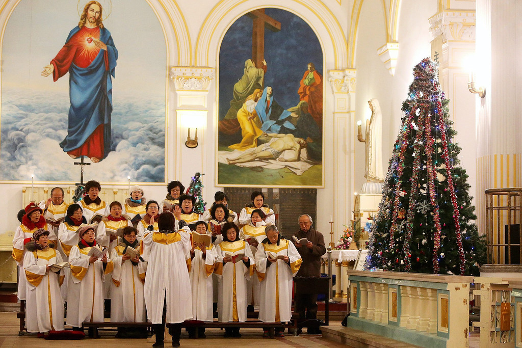 . Members of a choir sing during the Christmas Eve mass at a Catholic church in Qingdao city, Shandong province, eastern China, 24 December 2013. Christians in China attend church masses as they celebrate the upcoming Christmas Day.  EPA/WU HONG