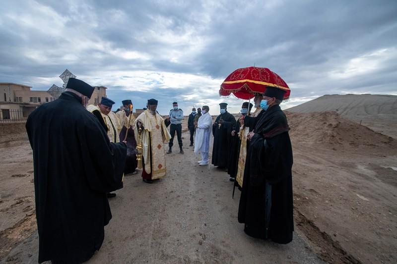 האתיופים מול המנזר.jpg