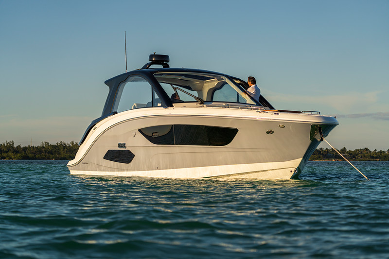 2021-Sundancer-370-Outboard-DAO370-lifestyle-starboard-bow-three-quarter-couple-00236.jpg