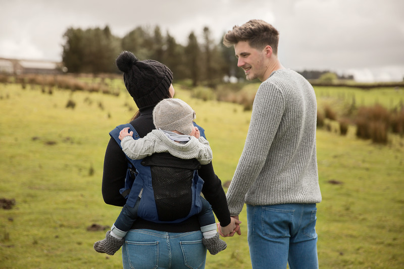 Izmi_Baby_Carrier_Breeze_Midnight_Blue_Lifestyle_Back_Carry_Couple_Holding_Hands.jpg
