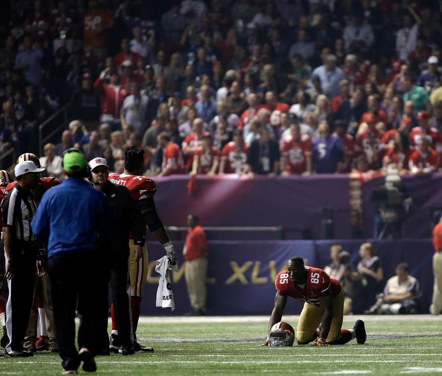 . San Francisco 49ers tight end Vernon Davis (85)  looks around a dark stadium after the lights went out during the second half of NFL Super Bowl XLVII football game Sunday, Feb. 3, 2013, in New Orleans. (AP Photo/Matt Slocum)