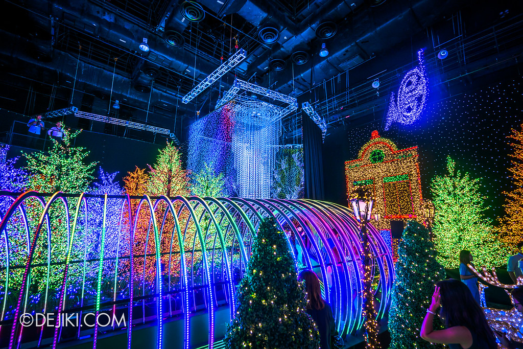 Universal Studios Singapore - Santa's All-Star Christmas 2016 / The Universal Journey - Herald's Square view of Tube