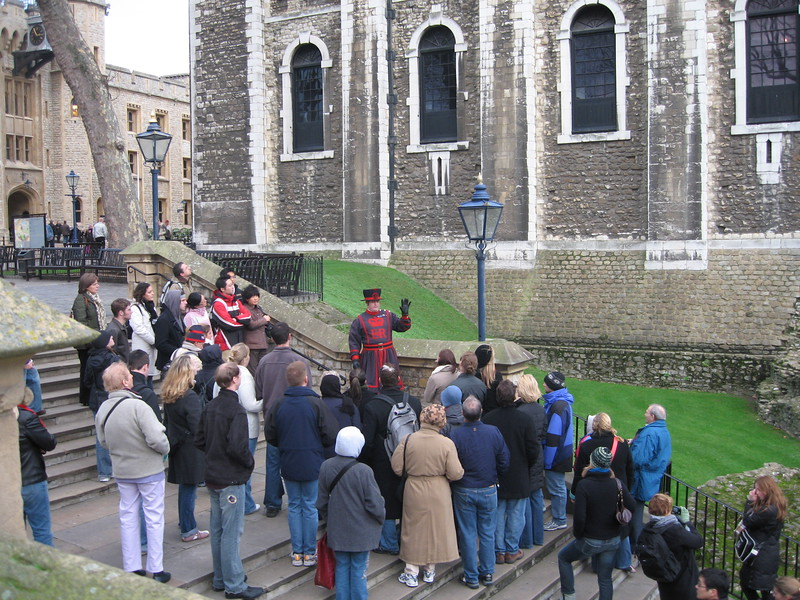 A Yeoman Warder explains the signficance of the ravens at the Tower.