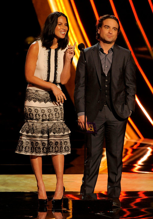 . Olivia Munn, left, and Johnny Galecki present the award for the favorite country artist at the Peopleís Choice Awards at the Nokia Theatre on Wednesday Jan. 9, 2013, in Los Angeles. (Photo by Chris Pizzello/Invision/AP)