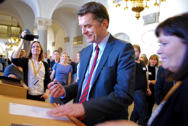 Jan E. Jørgensen skriver som nyvalgt folketingsmedlem under på, at han vil overholde grundloven.
