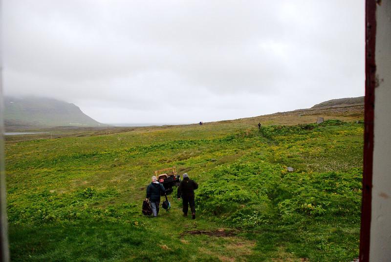 Séra Magnús heldur til sjávar í þeirri von að ná báti til Ísafjarðar, en báturinn kom ekki.