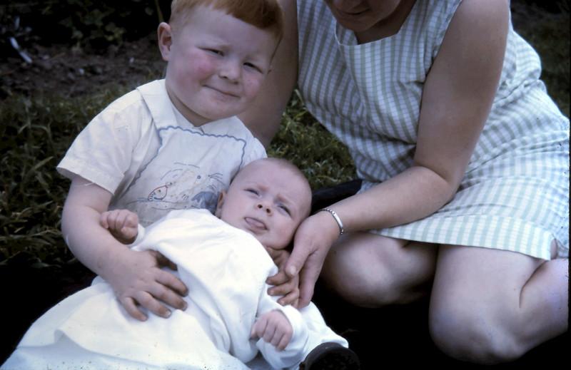 1965-9-26 (5) David 21 mths, Susan 2 mths.JPG