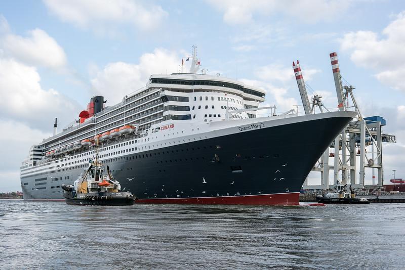 Hamburg Queen Mary 2 am Containerterminal Tollerort