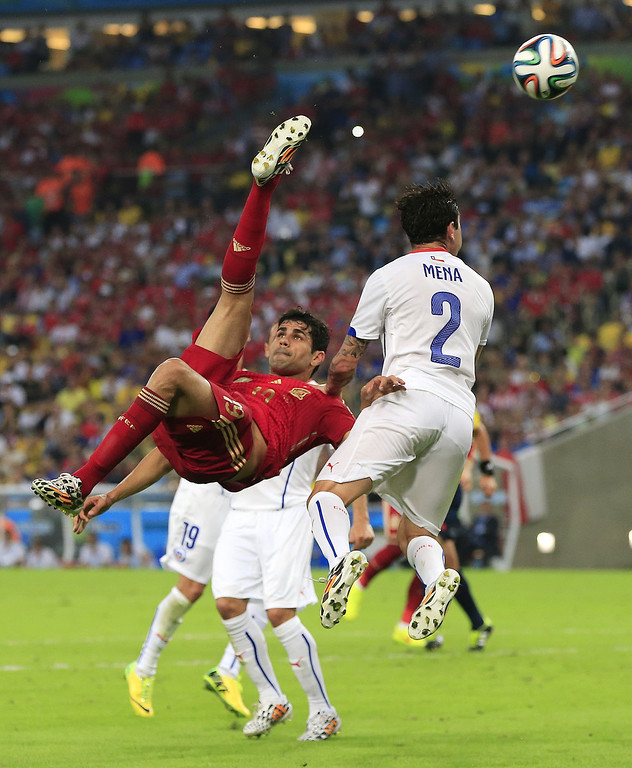 . Spain\'s Diego Costa, left,  kicks the ball during the group B World Cup soccer match between Spain and Chile at the Maracana Stadium in Rio de Janeiro, Brazil, Wednesday, June 18, 2014.  (AP Photo/Bernat Armangue)
