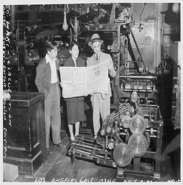 ReadingLosAngelesDailyBeforeEvacuation-1942-04-11.jpg