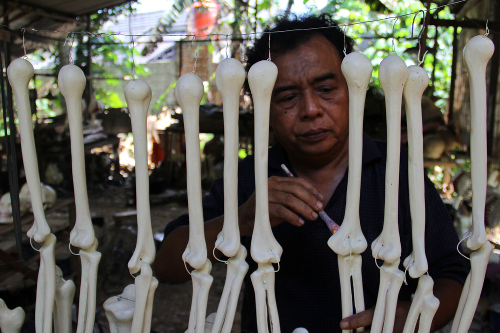 . A craftsman works on making props bones of the human body on April 23, 2014 in Depok, West Java, Indonesia. The mannequins are made from fiberglass and will be used in schools, hospitals and laboratories.  (Photo by Nurcholis Anhari Lubis/Getty Images)